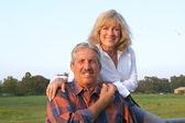 リラックスした農場のカップル — ストック写真