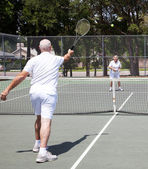 Senior Couple Plays Tennis — Stock fotografie