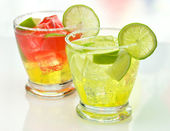 Cocktails with ice and lime — Stock Photo