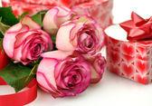 Rosas rosas y caja de regalo — Foto de Stock