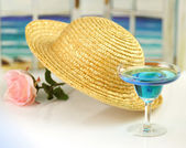 Straw hat and cocktail — Stock Photo