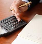 Podnikatel pomocí kalkulačky — Stock fotografie