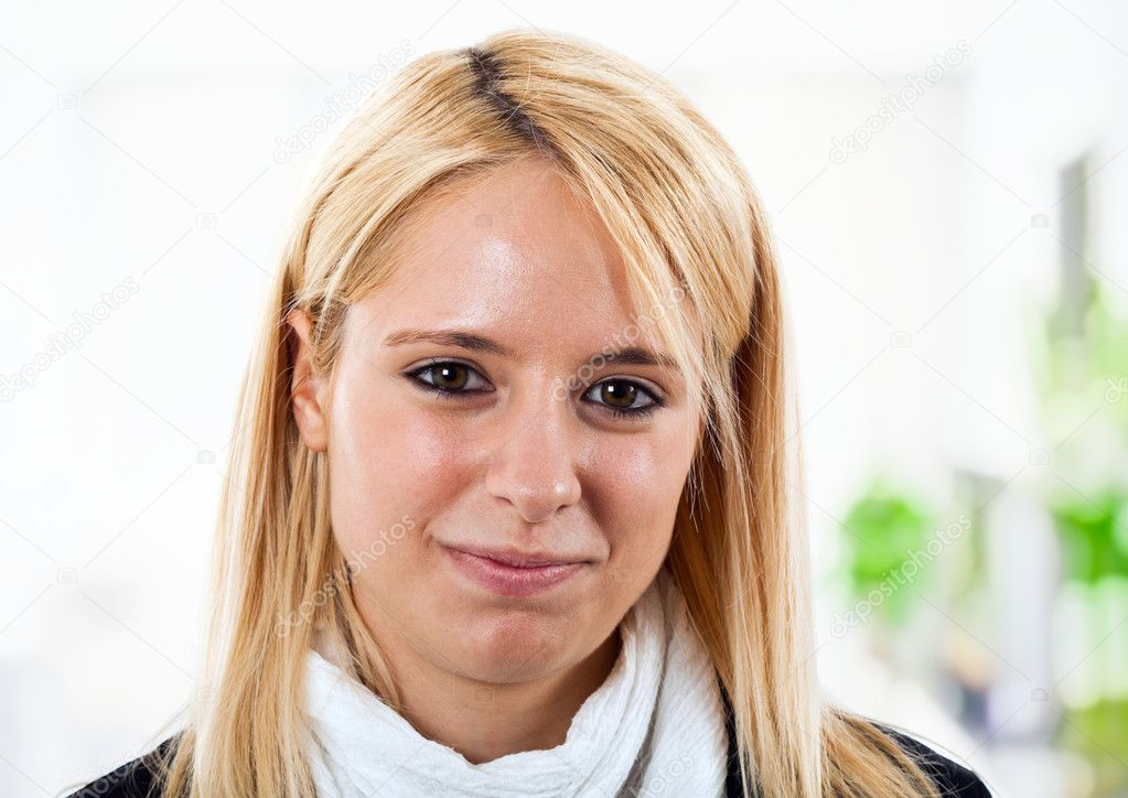 Portrait of a young smiling businesswoman — Stock Photo #6964226