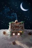 在晚上的雪姜饼小屋 — 图库照片
