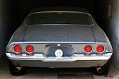 Polveroso sport automobile in un garage — Foto Stock