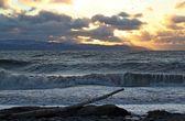 Stora vågor vid solnedgången — Stockfoto