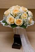 Bouquet de bodas y anillos de boda — Foto de Stock