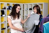 Amigos comprando roupas — Fotografia Stock