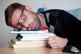 Moe geek slapen op een heleboel boeken — Stockfoto