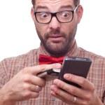 geek confuso utilizzando due gadget alla volta. isolato su bianco — Foto Stock