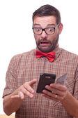 Hilarische nerd met behulp van een gadget — Stockfoto