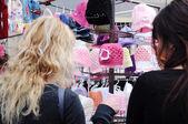 2 人の女性はかぎ針編みの帽子を買っています。 — ストック写真