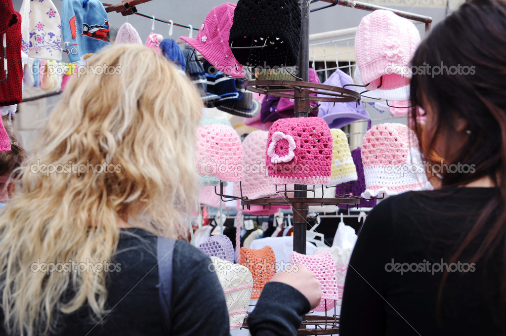 Two women are buying crocheted hats — Stock Photo #6937186