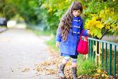 Funky fillette enfant dans une ambiance automne — Photo