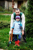 Father and daughter working in the autumn garden — Stock Photo