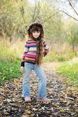 Funky barn poserar utomhus i färgglada blus — Stockfoto