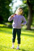 Garota de criança com taco de beisebol no parque — Fotografia Stock