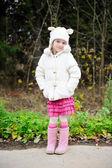 Retrato de comprimento total de uma menina de criança no chapéu quente — Foto Stock