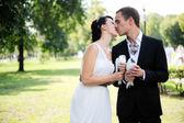 Panna młoda i pan młody całuje wzajemnie na zewnątrz — Zdjęcie stockowe