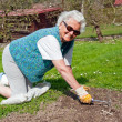 Senior Woman in Garden — Stockfoto