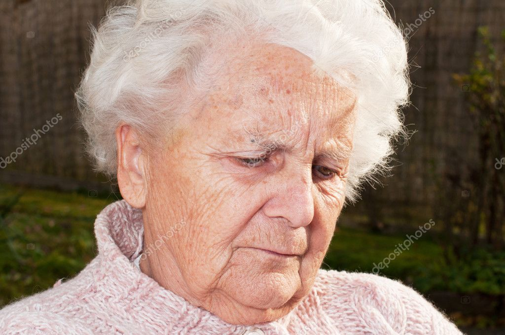 Portrait of a senior woman, picture taken during the daytime. — Stock Photo #7571534