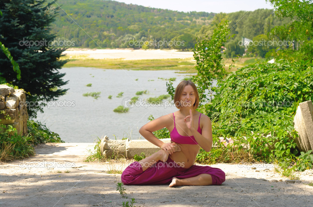 The girl is engaged in yoga on the nature — Stock Photo #7154451