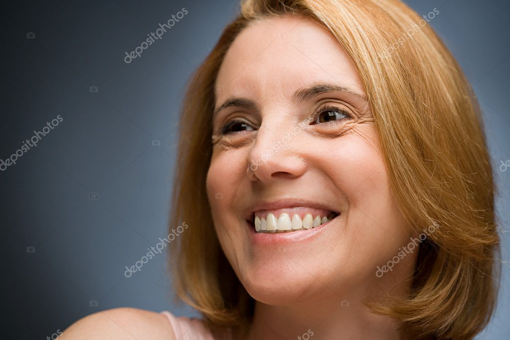 Mature woman smiling — Stock Photo #7031086