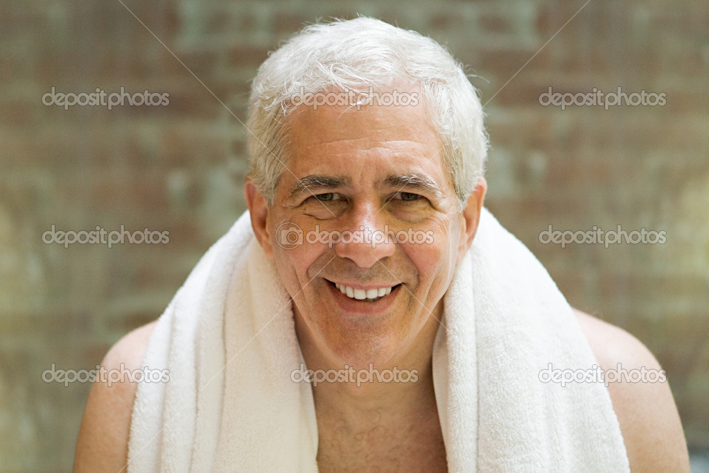 Senior man with towel around shoulders — Stock Photo #7033727
