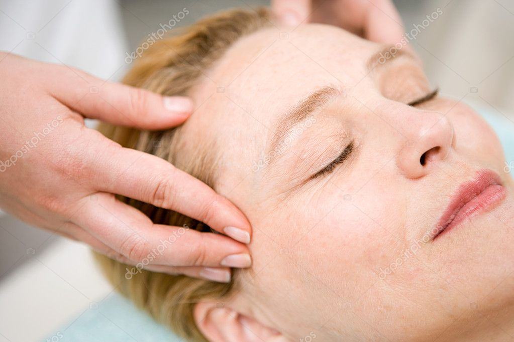 Woman having a head massage — Stock Photo #7033740