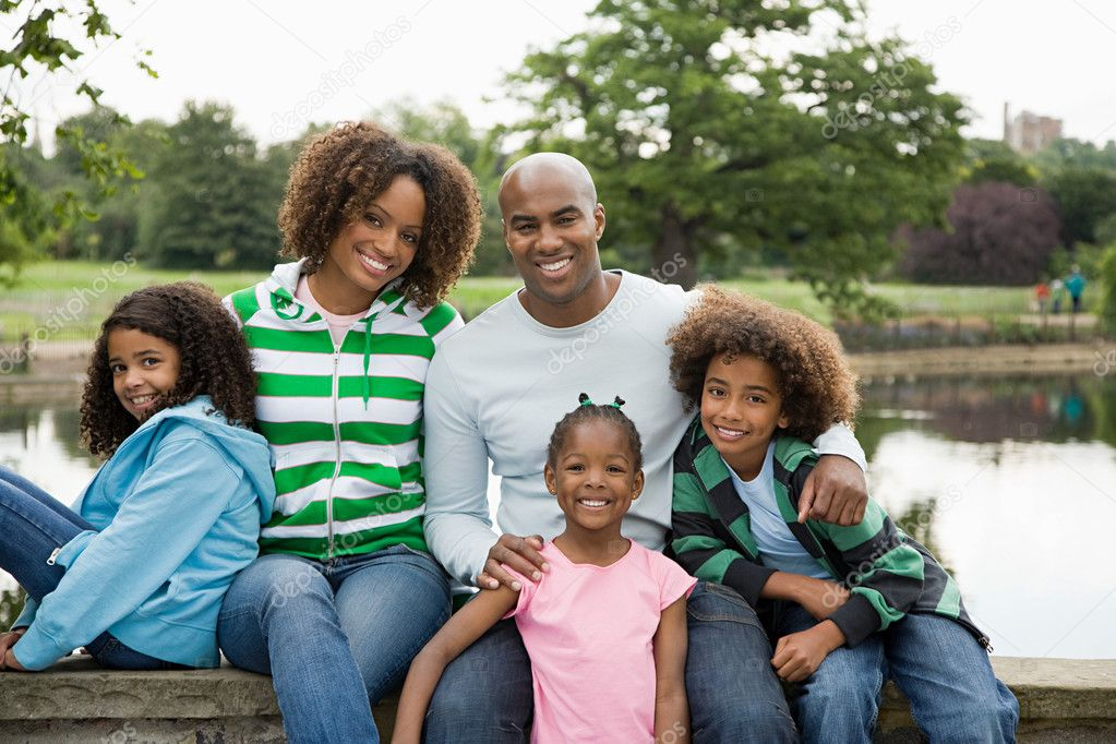 Family by lake — Stock Photo #7038924