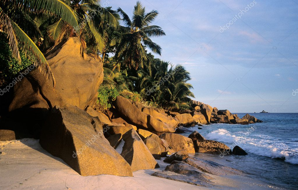 Rocks on a beach in the seychelles — Stock Photo #7040818