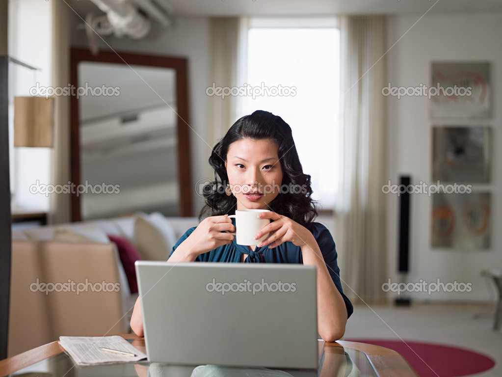 Woman with coffee and laptop — Stock Photo #7042716
