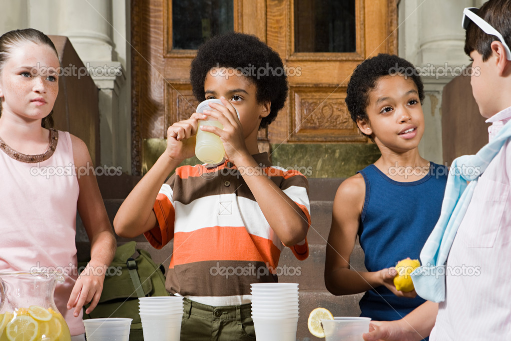 Kids with lemonade — Stock Photo #7044165