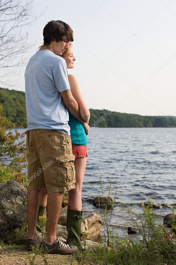 Young couple by lake — Stock Photo #7044811