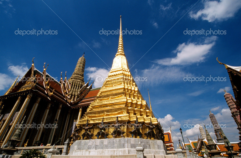 Golden stupa at wat phra kaeo — Stock Photo #7063325