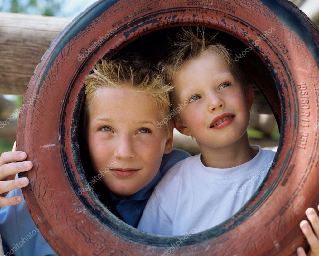 Two boys pose with tyre. — Stock Photo #7068103