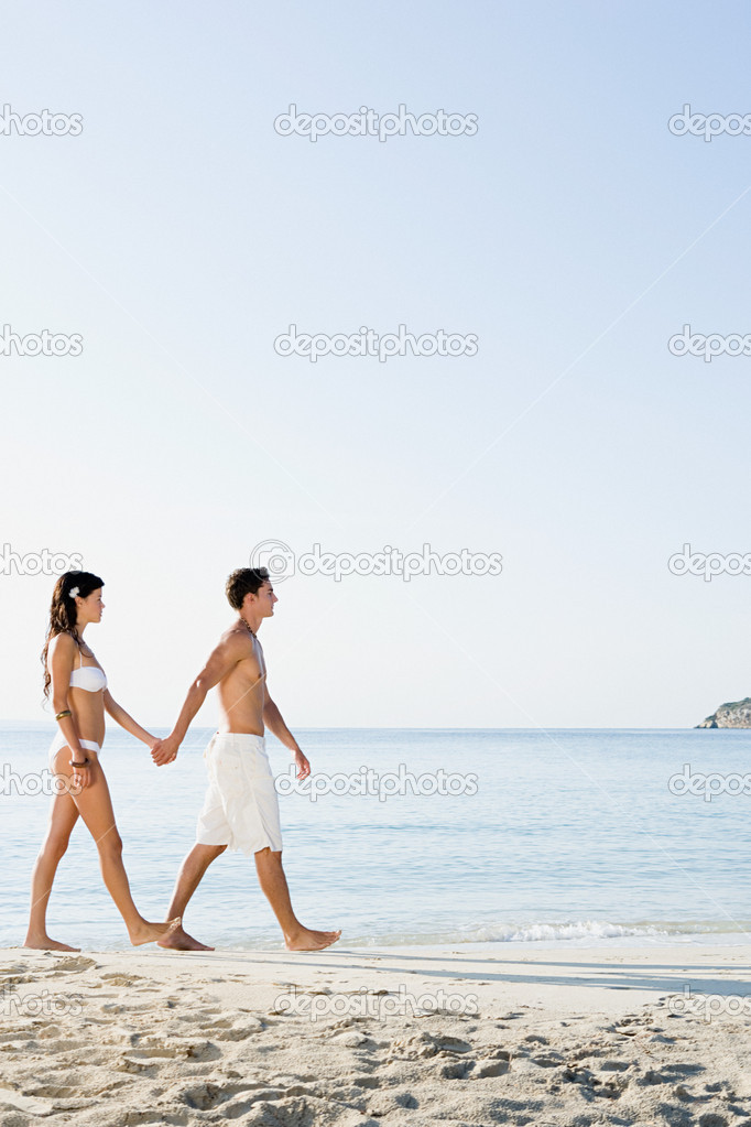 Young couple walking by the sea — Stock Photo #7078882