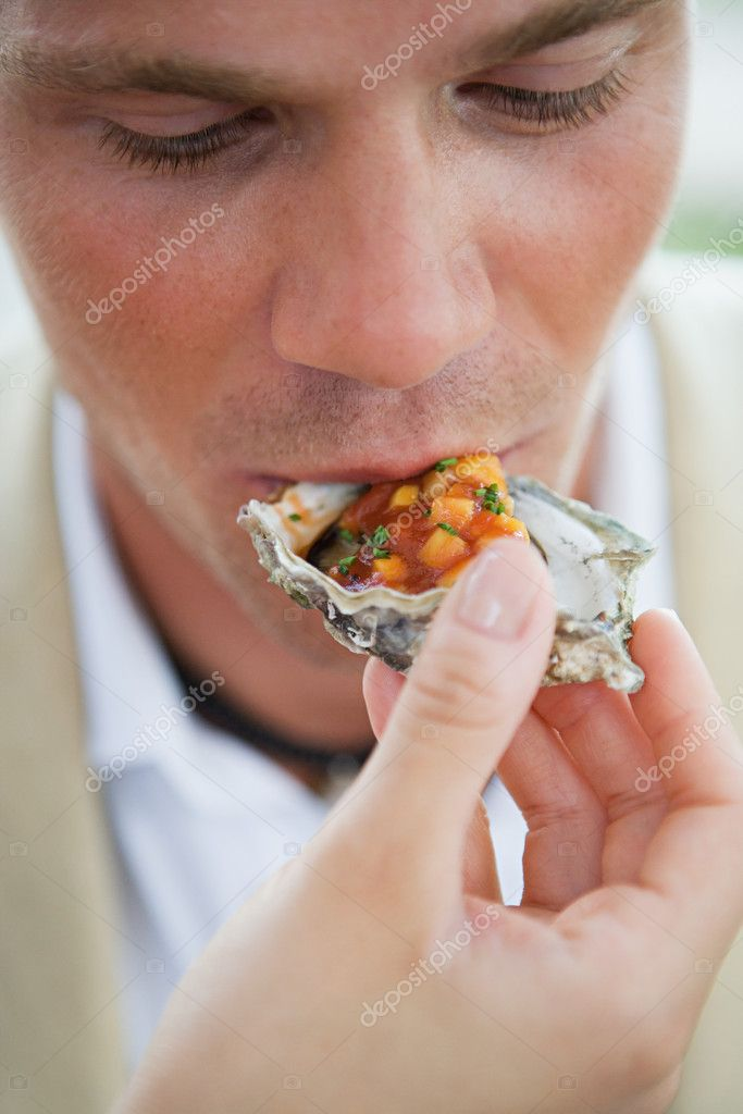 Man eating oyster — Stock Photo #7082497