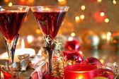 Červené víno na pozadí s rozmazané světla. — Stock fotografie