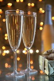 Champagne in glasses and gift on gold background — Stock Photo