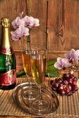 シャンパン グラスと花. — ストック写真