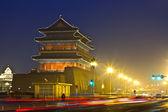 ночная сцена древней башни — Стоковое фото