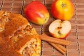 Apfelkuchen mit frischen äpfeln und zimtstangen — Stockfoto