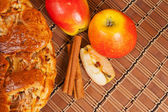 Яблочный пирог с свежими яблоками и корицей — Стоковое фото