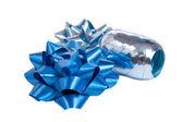 Blauwe wrap geschenk bogen geïsoleerd op wit — Stockfoto