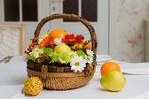 Meyve ve çiçek sepeti — Stok fotoğraf
