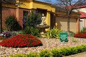 Beautifully landscaped front yard — Stock Photo