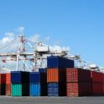 Liman Vinçleri ve konteyner nakliye yığınları — Stok fotoğraf