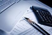 分析财务图表和文件 — 图库照片