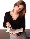 Jonge leraar stagiair leafs leerboek — Stockfoto